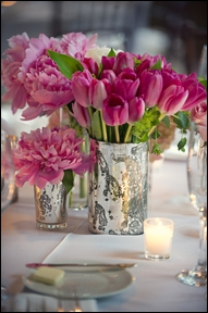 Un arrangement floral en rose, composé de bouquets de tulipes roses et de bouquets de ?
