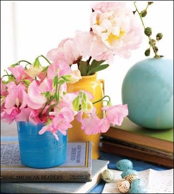 Quelles sont ces délicates fleurs roses très parfumées qui sont en premier plan de cet arrangement ?
