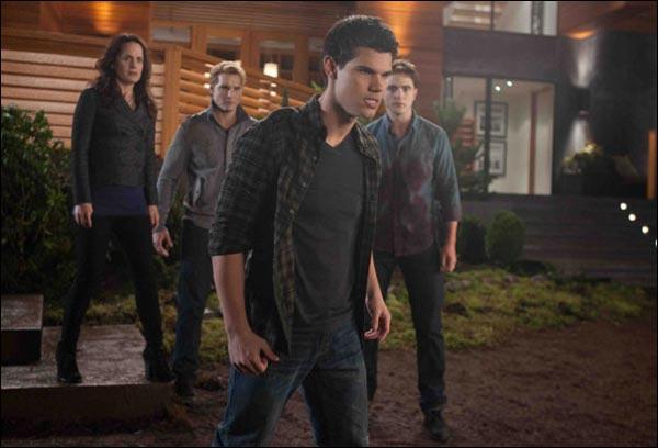 Qui étaient partis chasser lorsque Bella commence à accoucher ?