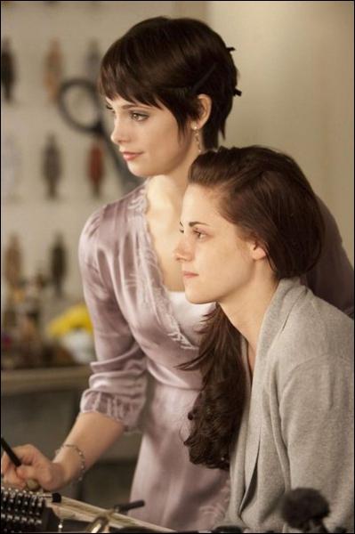 Qui aide Alice à coiffer et maquiller Bella pour le mariage ?