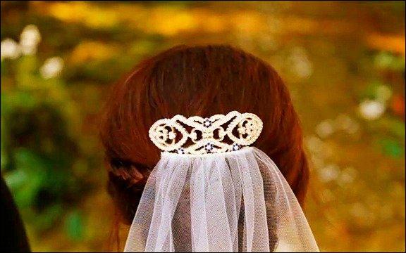 Qui offre la broche à Bella avant le mariage ?