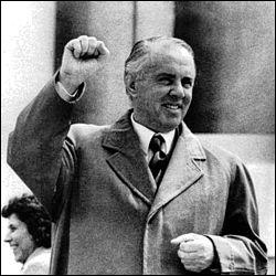 L'Albanie me doit les milliers de bunkers contruits sur la côte durant mes 40 ans au pouvoir.