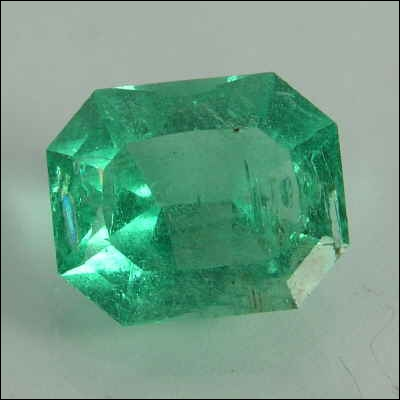 Cette pierre précieuse de couleur verte est :