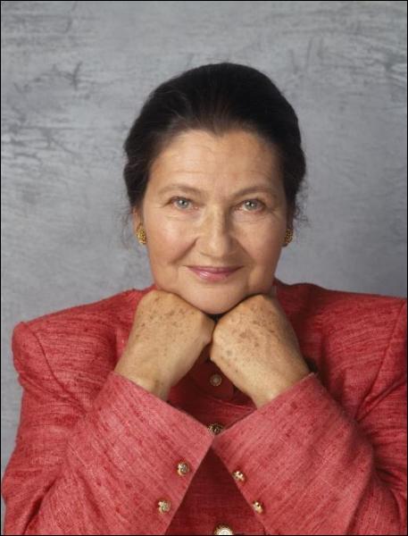 Née le 13 Juillet 1927. Son autobiographie « Une vie » obtient le Prix des Lauriers Verts en 2009. Je suis :