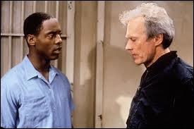 Dans quel film (réalisateur et acteur) joue-t-il Steve Everett, un vieux journaliste alcoolique qui découvre l'innocence d'un condamné à mort ?