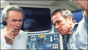 En 2000, dans quel film (acteur, réalisateur et producteur) avec Tommy Lee Jones et Donald Sutherland part-il dans l'espace ?