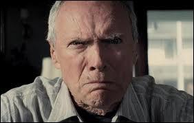 Dans quel film interprète-t-il Walt Kowalski un vétéran raciste qui vient de perdre sa femme ?