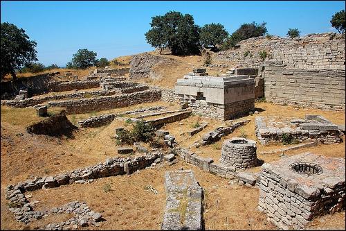 Je suis ensuite parti, faire un petit tour dans le pays. Je suis tombé sur ce site archéologique. Cette ville est très connue pour cette longue guerre et son cheval. Quelle est cette ancienne cité ?