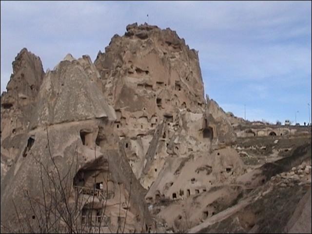 Dans la région de la Cappadoce, on trouve ces habitations directement creusées dans la pierre, comment appelle-t-on ce type d'habitations ?