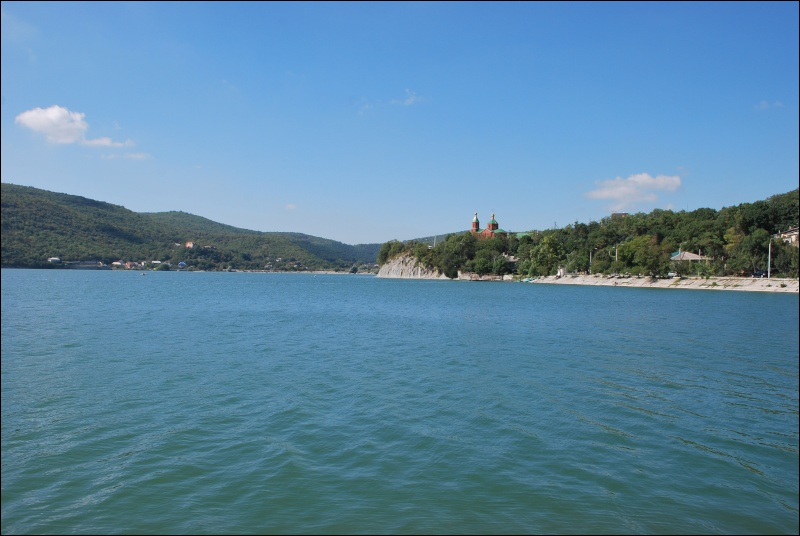 Cette autre mer se trouve au Nord de ce pays, comme elle se trouve au Sud le l'Ukraine ou a l'Est de la Bulgarie.