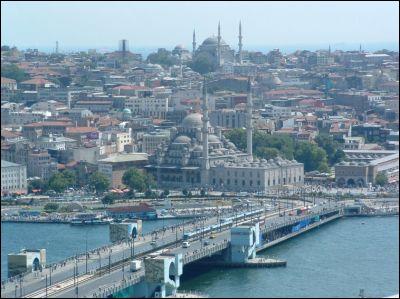 La plus grande ville de ce pays, n'est pas la capitale, elle se trouve dans le détroit du Bosphore, on la surnomme la perle du Bosphore. Quelle est cette ville ?
