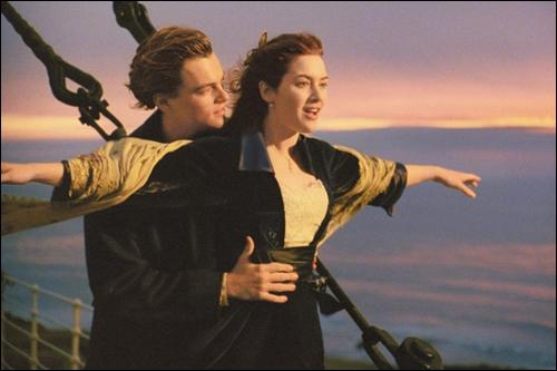 Quelle phrase dit Rose lorsque Jack la retient dans le vent à l'avant du paquebot ?