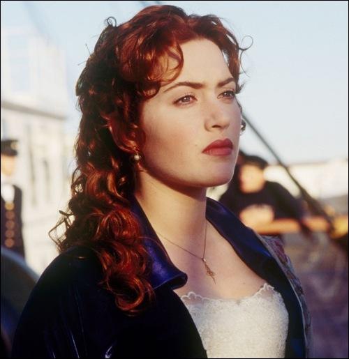 Vrai ou Faux ? Rose se retrouve à bord du canot de sauvetage, mais elle décide de sauter et retourner sur le Titanic qui coule.