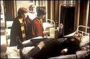A quelle heure les élèves doivent-ils retourner dans les salles communes après l'agression d'Hermione et de l'élève de Serdaigle ?