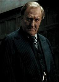 De quelle couleur est la cravate de Fudge, lorsqu'il rend visite à Hagrid avec Dumbledore ?