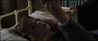 Dans quelle main Hermione tient-elle la page sur le Basilic quand elle est pétrifiée ?