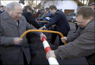 Comment nomme t-on la zone européenne où les frontières ont été supprimées ? (photo :'destruction' officielle en 2007 du poste douanier entre Eslarn en Allemagne et Pobezovice en Pologne)