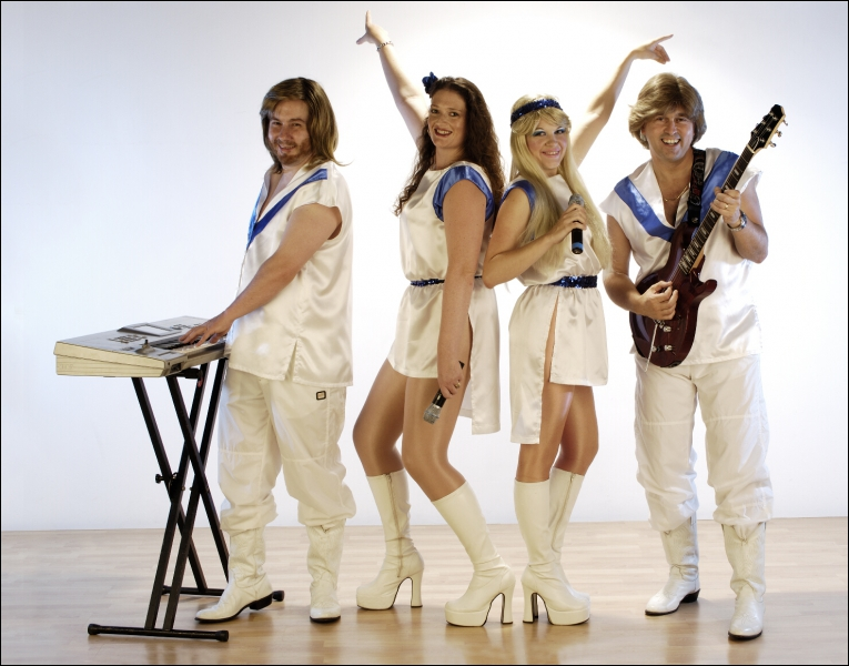 Ces quatre personnes ne sont pas les véritables membres du groupe, qui possède la deuxième place au classement des meilleurs ventes d'un album, de tous les temps !