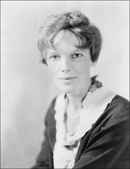 Elle était la première femme à voler au-dessus de l'Atlantique en solitaire. Cette aviatrice a également battu plusieurs records et écrit des best-sellers sur ses exploits. Il s'agit de :