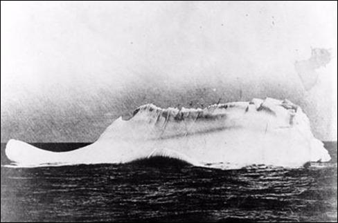 A quelle heure le  Titanic  heurte-t-il l'iceberg ?