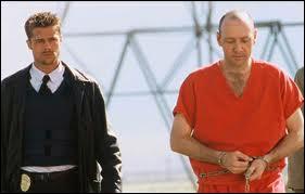 Quel film de David Fincher avec Brad Pitt et Kevin Spacey se termine par cette scène au milieu du désert ?