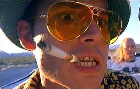 Raoul Duke (Johnny Depp) accompagné de son avocat, maître Gonzo (Benicio Del Toro), tracent la route en consommant de nombreuses drogues plus hallucinogènes les unes que les autres...