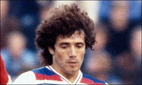 Double Ballon d'Or (1978 et 1979) sous le maillot d'Hambourg, de nationalité anglaise, je suis . .