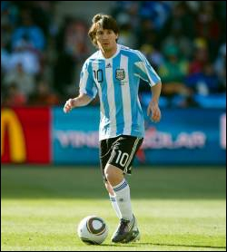 Dernier buteur du 6-0 infligé par l'Argentine à la Serbie durant la Coupe du monde 2006, j'ai remporté les Jeux olympiques en 2008 avec l'Albiceleste, je suis . .