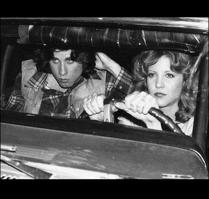 Qu'est-ce que Carrie fait à la voiture que conduit Chris ?