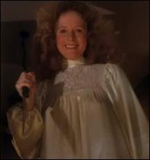 Comment meurt la mère de Carrie ?