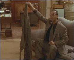 Qui offre ce magnifique chandail-serpillère à Pierre Mortez (Thierry Lhermitte) dans  Le Père Noël est une ordure  ?