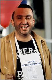 Simon Jérémi (Dominique Farrugia) attend avec son ballon rouge et sa pancarte qu'on vienne le chercher à l'aéroport. Quel est le titre de ce film culte ?