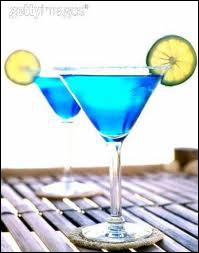 Liqueur d'orange colorée en bleu, base de nombreux coktails, je suis le...