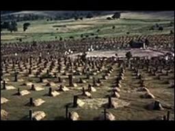 Quel western spaghetti se termine par cette scène culte où les protagonistes s'affrontent en duel dans le cimetière de Sad Hill ?