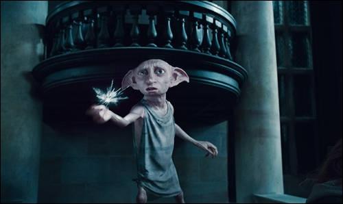 Qui a lancé un poignard sur Dobby avant qu'il ne transplane ?