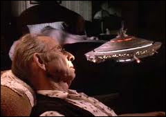 Dans quel film ces  petites soucoupes volantes  viennent-elles aider les habitants d'un vieil immeuble menacé de destruction ?