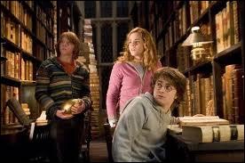 Dans quel film , voit-on Hermione à la bibliothèque avec Ron et Harry ?