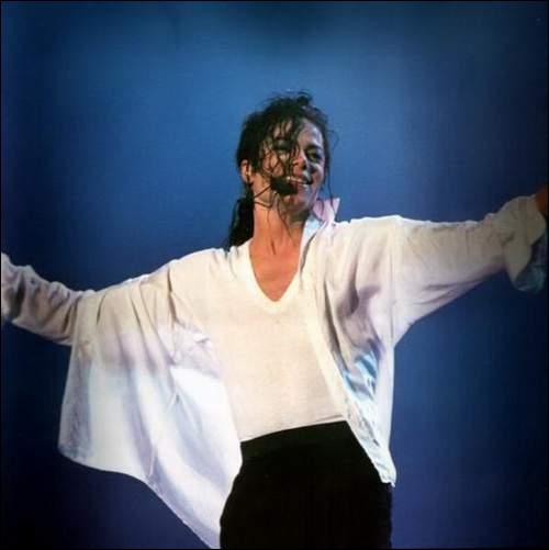 Quel être mythique apparaît derrière Michael pendant qu'il chante  Will You Be There  ?