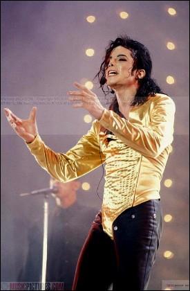 Combien de chansons Michael chante-t-il dans cette tenue ?