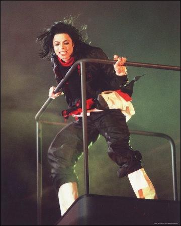 Michael chante une seule chanson dans cette tenue. Laquelle ?
