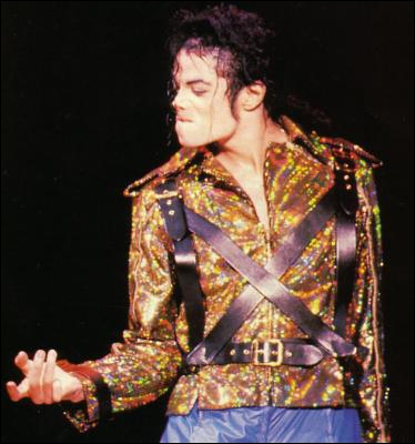 Lors de la chanson  Working Day And Night , quelle est la disposition des danseurs autour de Michael ?
