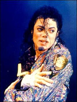 Pendant  Heal The World , combien d'enfants viennent rejoindre Michael sur scène ?