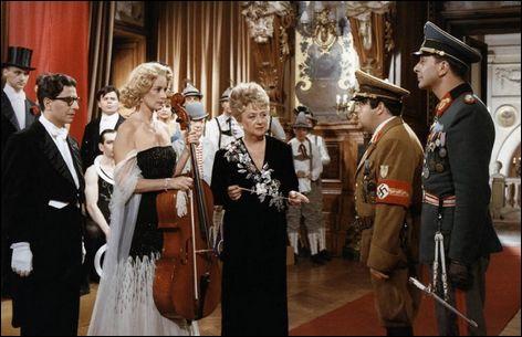 Une célèbre famille de musiciens prend l'engagement de ne plus jouer durant toute la période d'occupation des forces allemandes en France. Mais leur hôtel particulier est investi par le général Spontz.