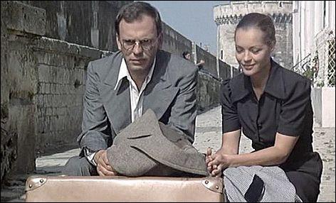 C'est l'exode, Julien, réparateur de radios myope et réformé, quitte son village avec sa femme et leur fille. Séparé d'elles, il rencontre dans le train Anna, une juive allemande en fuite.