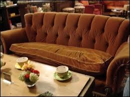 Dans quelle série le canapé est-il un objet culte ?