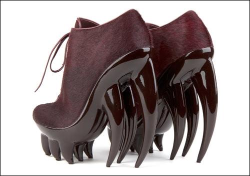 Voici une paire de chaussures pour le moins peu accueillantes... Sont-ce de vraies chaussures, ou une paire créée spécialement par un costumier hollywoodien pour un film ?