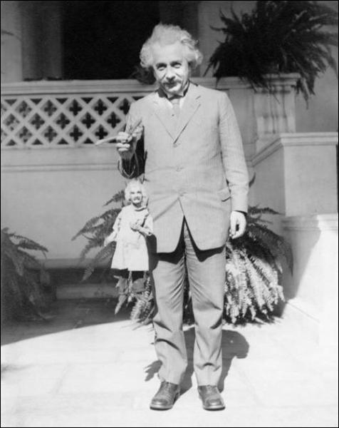La photographie est celle d'un génie de la physique, Albert Einstein. Mais voyez ce qu'il tient en main...