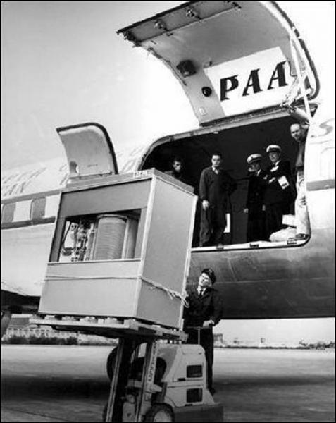 Ce qui est débarqué ou embarqué dans cet avion date de 1956. De quoi s'agit-il ?