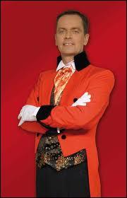 Pour vous présenter ce quiz, je vais endosser le costume de ce personnage qui, dans la tradition du cirque, annonce les artistes. On le nomme -------------.