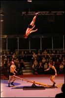 Comment s'appelle ce numéro où des acrobates sautent pour faire voltiger leur partenaire ?